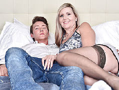 Super hot mummy pounding and throating her junior paramour